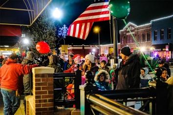 Families fill the sidwalks along Washington Street